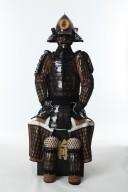 【鎧兜甲冑等身大】茶塗 桃形兜 胸取鋲綴り 二枚胴具足
